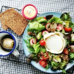 Salade met haverkorn brood, geitenkaas en dressing van appelstroop